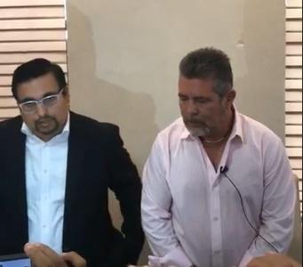 """Durante la conferencia de prensa donde denuncia al ex alcalde Reynaldo Tapia Valadez """"El Papis"""""""