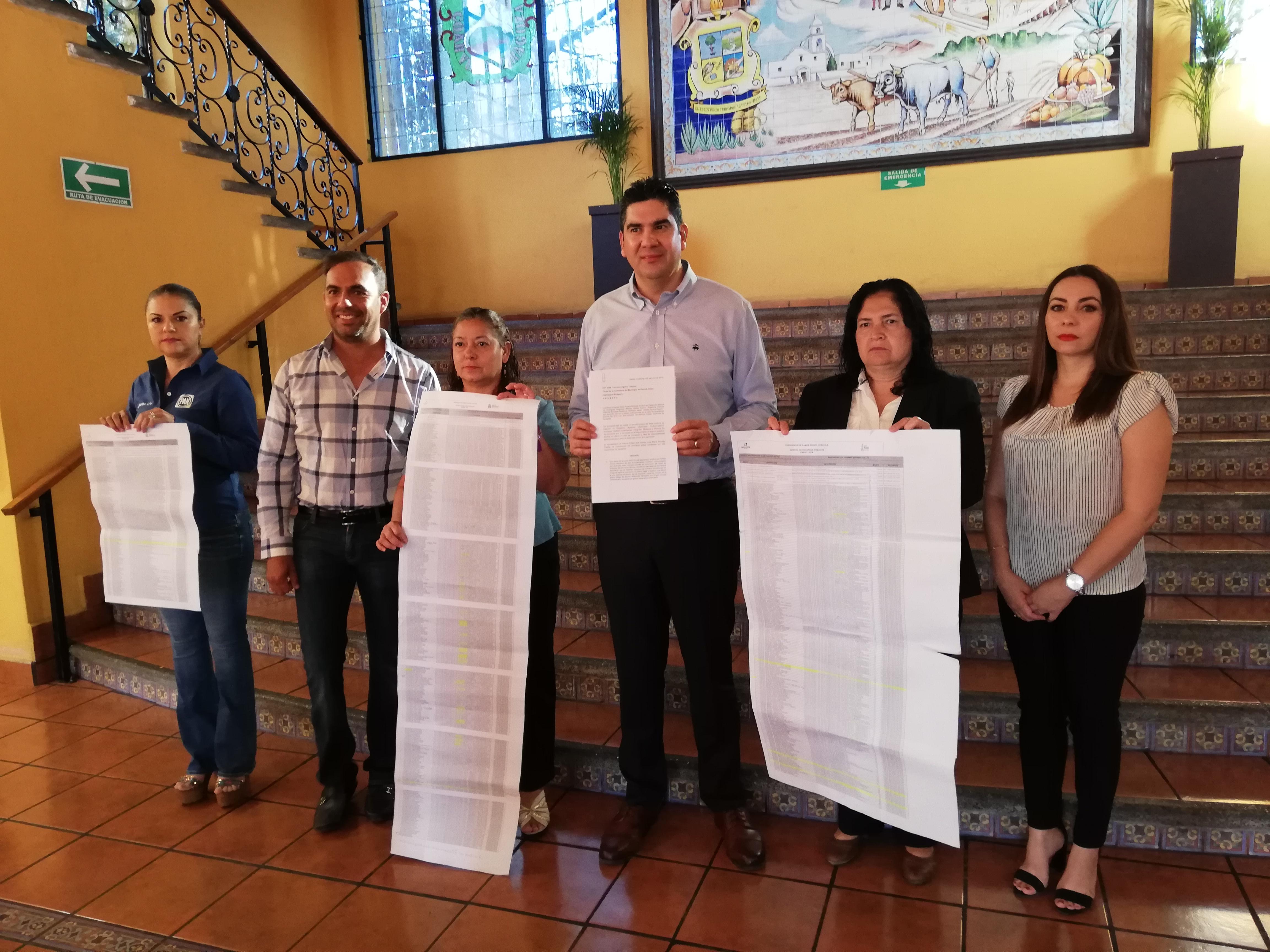 Regidores y el dirigente estatal del PAN exhiben listado de apoyos.