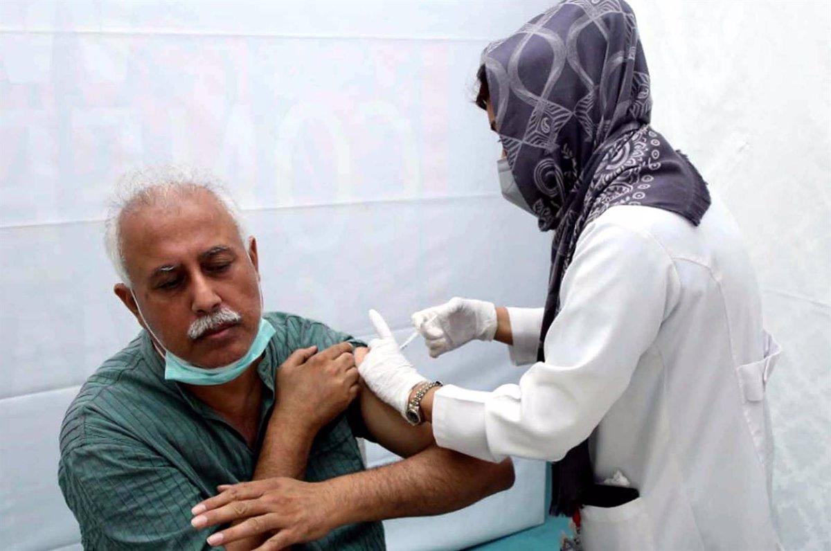 01/04/2021 Personal sanitario suministrando la vacuna contra el coronavirus en un centro médico de Karachi, Pakistán..  La farmacéutica paquistaní AGP ha anunciado este jueves el comienzo de las ventas de la vacuna rusa Sputnik V contra el coronavirus, lo que convierte a Pakistán en uno de los primeros países en abrir la puerta a la vacunación privada tras un contencioso entre la empresa y el Gobierno.  POLITICA ASIA PAKISTÁN INTERNACIONAL PPI / ZUMA PRESS / CONTACTOPHOTO