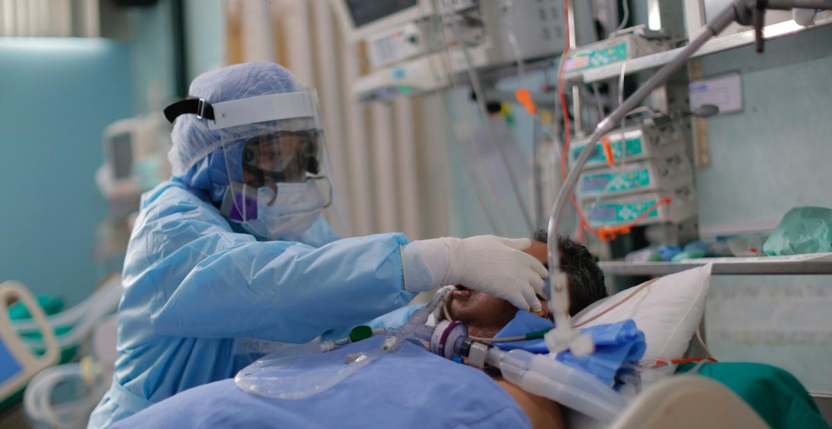 Trabajadores de la salud atienden nuevos pacientes covid-19 dentro de la Unidad de Cuidados Intensivos del Hospital Alberto Sabogal en el Callao (Perú). EFE/ Luis Ángel González/Archivo